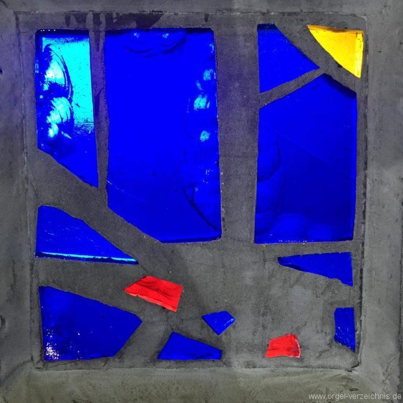 Kaiser-Wilhelm-Gedächtniskirche-Berlin-Charlottenburg-Glas-Fenster-blau
