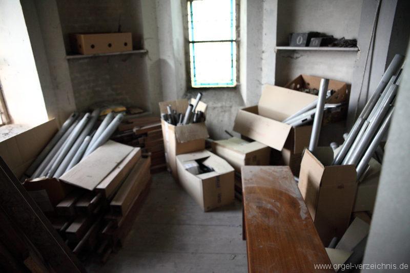 Langen - Fehrbellin - Stüler-Kirche Langen-Orgel-Reste-Pfeifen-Lager (1)