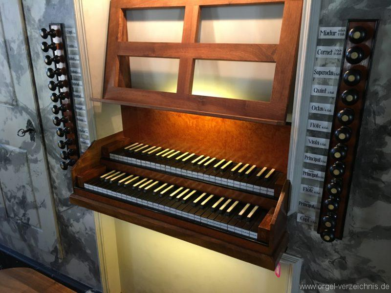 absam-pfarr-und-wallfahrstkirche-st-michael-124-orgel-spieltisch
