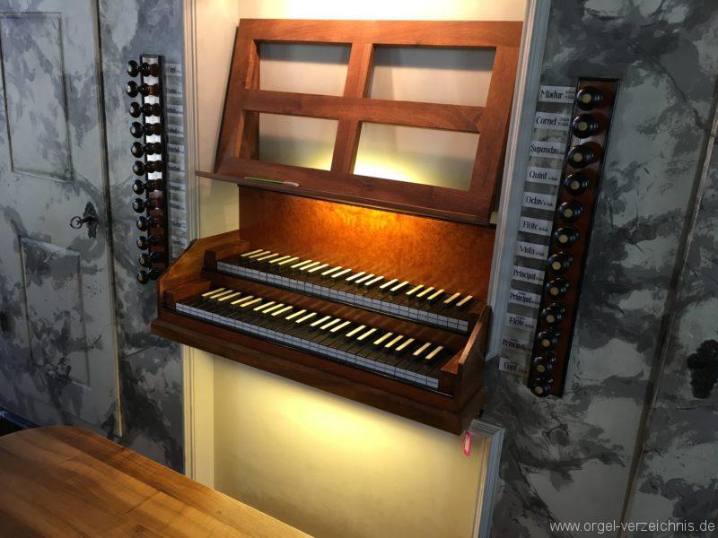absam-pfarr-und-wallfahrstkirche-st-michael-125-orgel-spieltisch