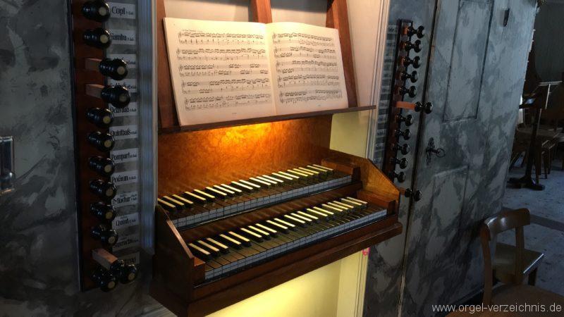 absam-pfarr-und-wallfahrstkirche-st-michael-131-orgel-spieltisch