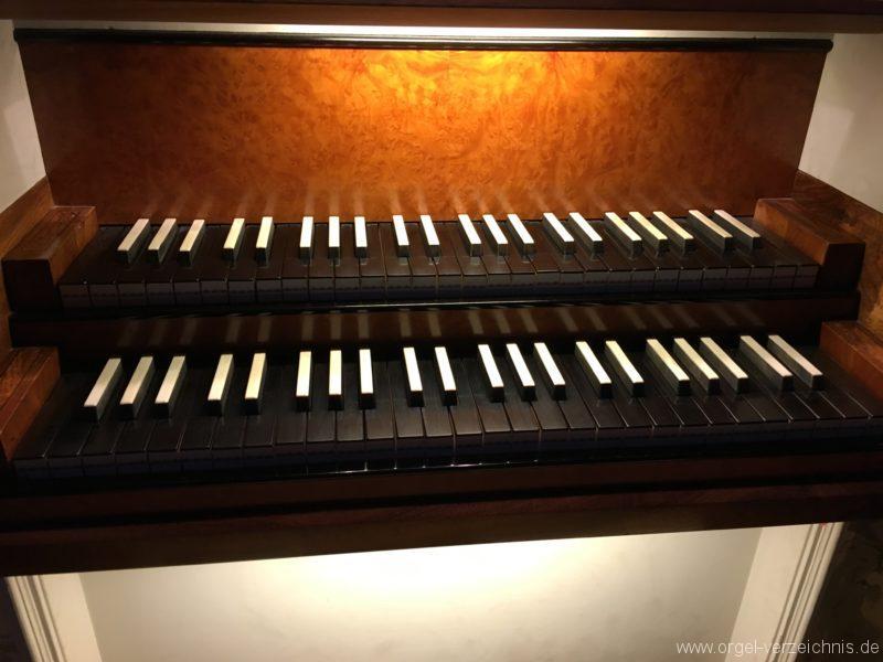 absam-pfarr-und-wallfahrstkirche-st-michael-133-orgel-spieltisch