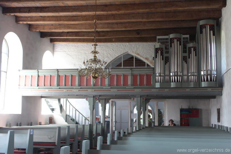 Kirchenraum und Orgelempore mit Schuke-Orgel