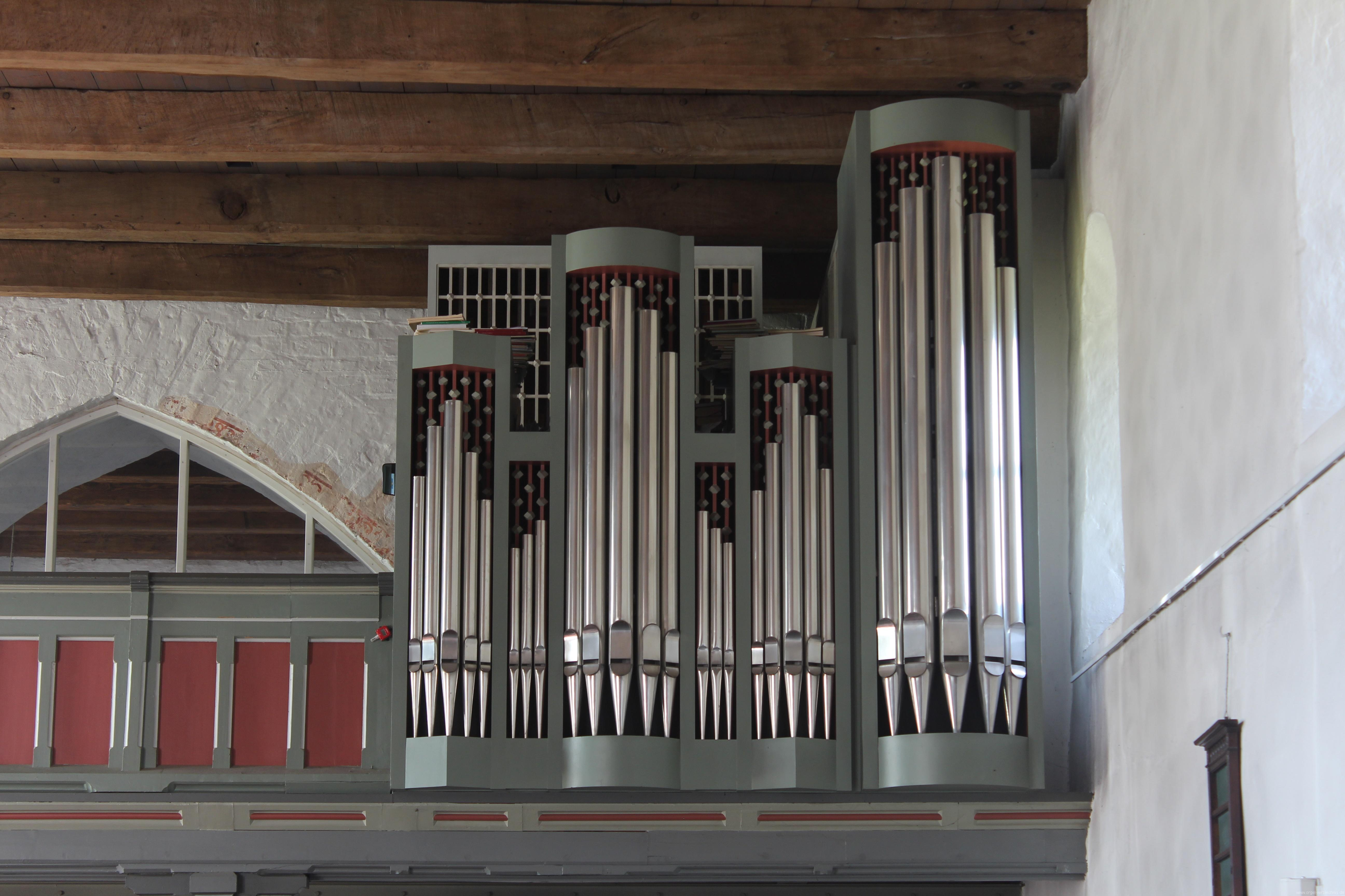 Prospekt der Schuke-Orgel: HW im RPos-Gehäuse, rechts Pedalturm