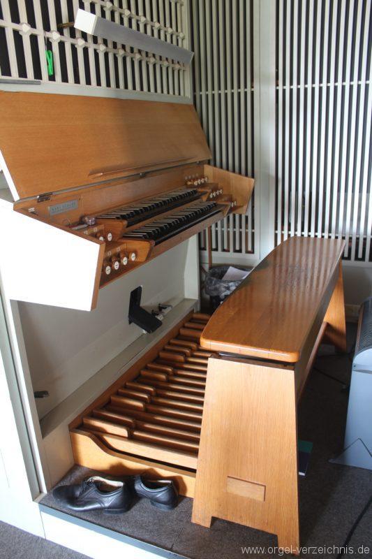 Spieltisch der Schuke-Orgel zu Borby