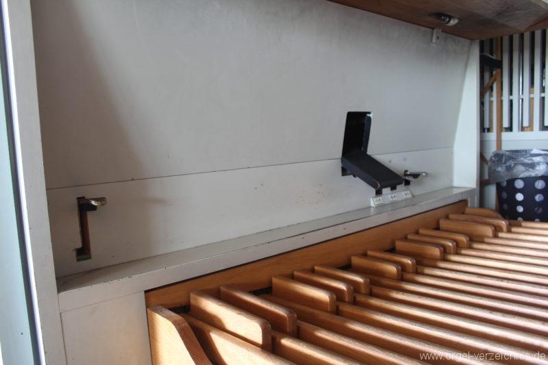 Fußraum des Spieltischs der Schuke-Orgel zu Borby, links die Fußraste zur Anhebung des SW-Daches