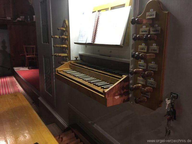 goetzens-pfarr-und-wallfahrtskirche-st-petrus-und-paulus-27-orgel-spieltisch