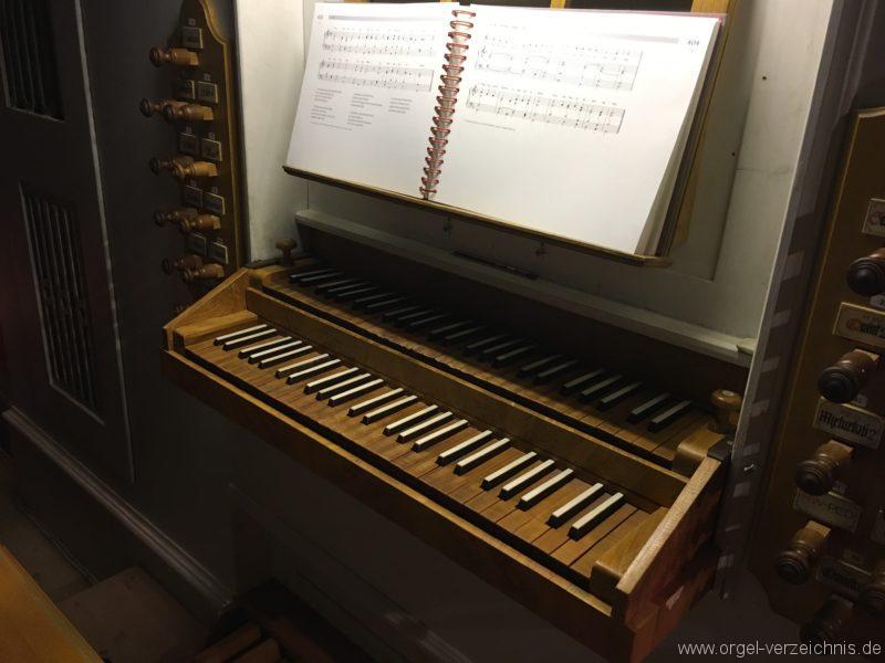 goetzens-pfarr-und-wallfahrtskirche-st-petrus-und-paulus-28-orgel-spieltisch