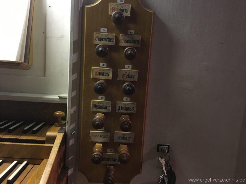 goetzens-pfarr-und-wallfahrtskirche-st-petrus-und-paulus-29-orgel-spieltisch