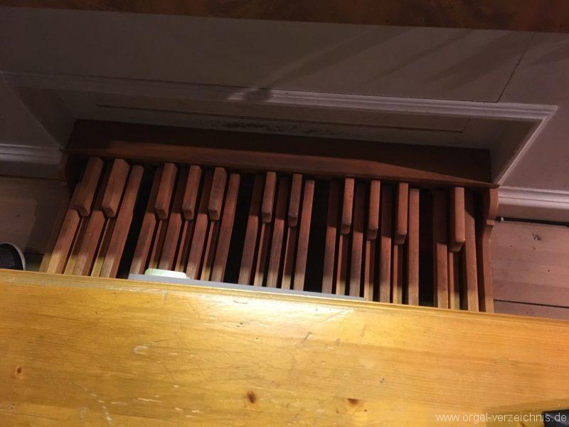 goetzens-pfarr-und-wallfahrtskirche-st-petrus-und-paulus-30-orgel-spieltisch