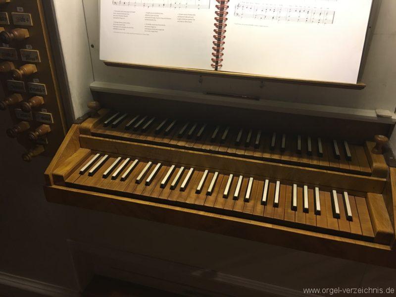 goetzens-pfarr-und-wallfahrtskirche-st-petrus-und-paulus-31-orgel-spieltisch