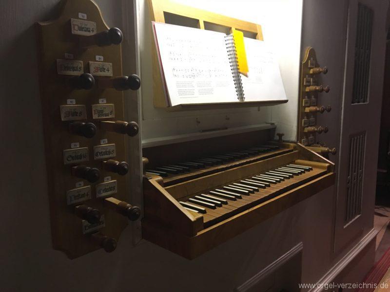goetzens-pfarr-und-wallfahrtskirche-st-petrus-und-paulus-33-orgel-spieltisch