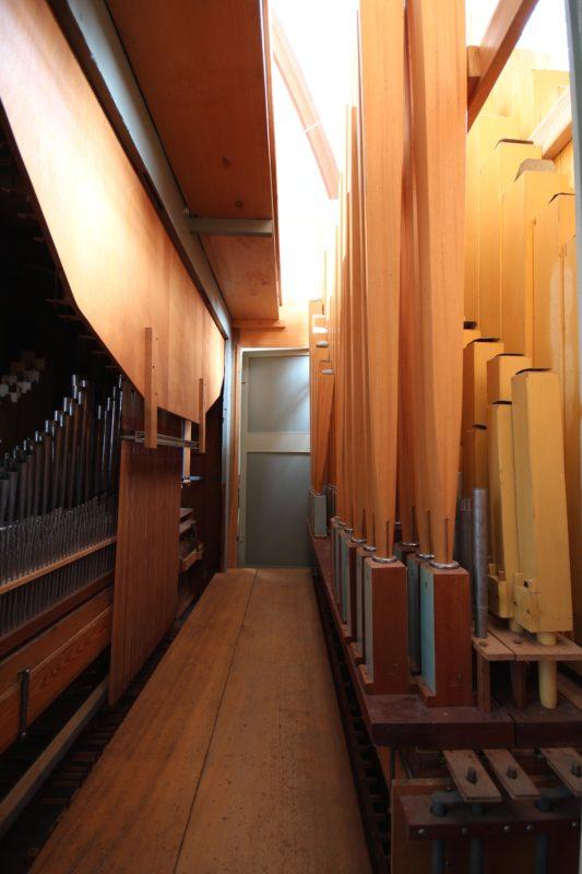 Rechts Pedalpfeifenwerk (vlnr: Pos. 16, Okt. 2', Princ-fl. 4', Okt-b. 8', Subb. 16', links Rückseite des HW-Wellenbrettes, davor das hinzugefügte Echowerk