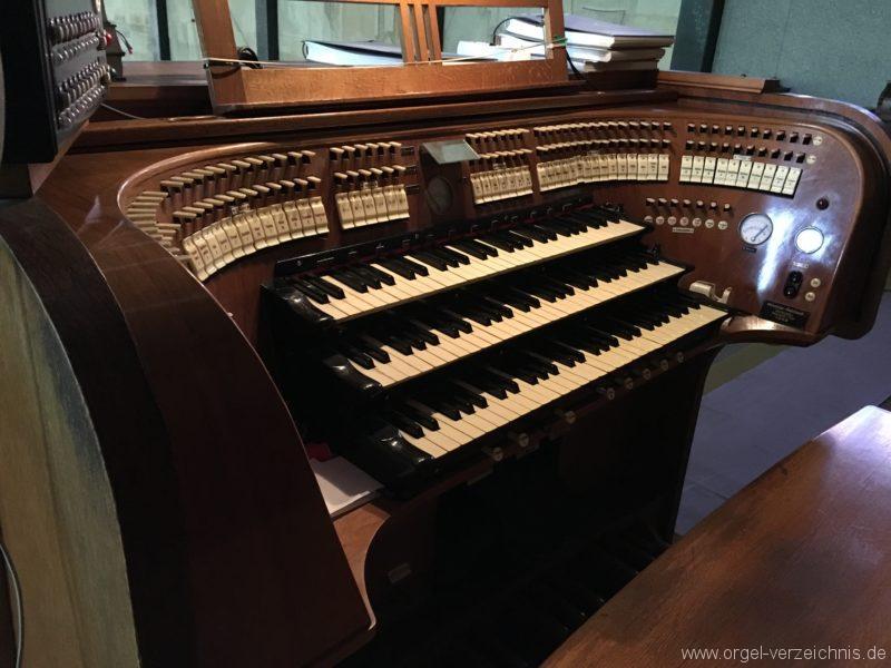 wattens-neue-pfarrkirche-mariae-empfaengnis-12-orgel-spieltisch