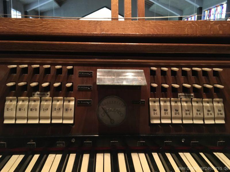 wattens-neue-pfarrkirche-mariae-empfaengnis-15-orgel-spieltisch