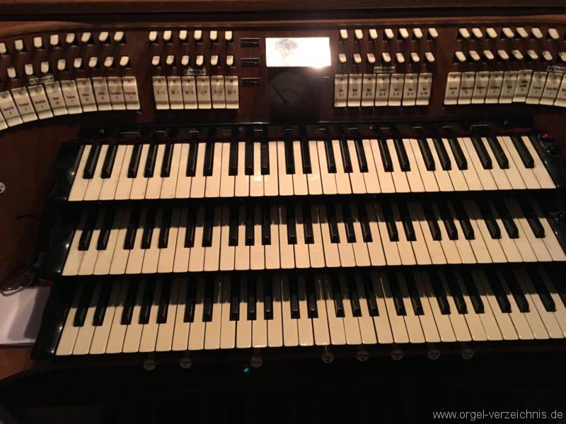 wattens-neue-pfarrkirche-mariae-empfaengnis-18-orgel-spieltisch