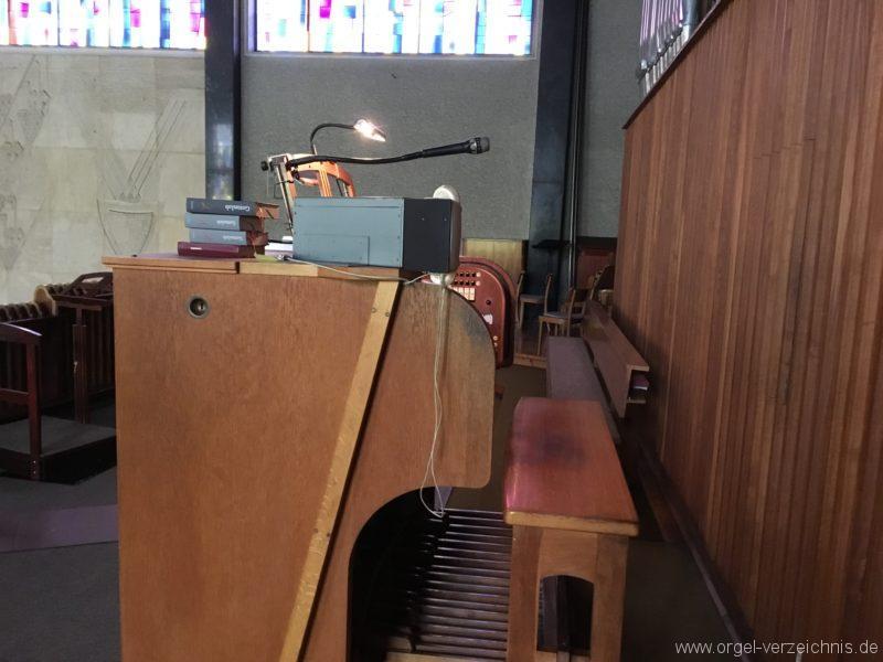 wattens-neue-pfarrkirche-mariae-empfaengnis-23-orgel-spieltisch