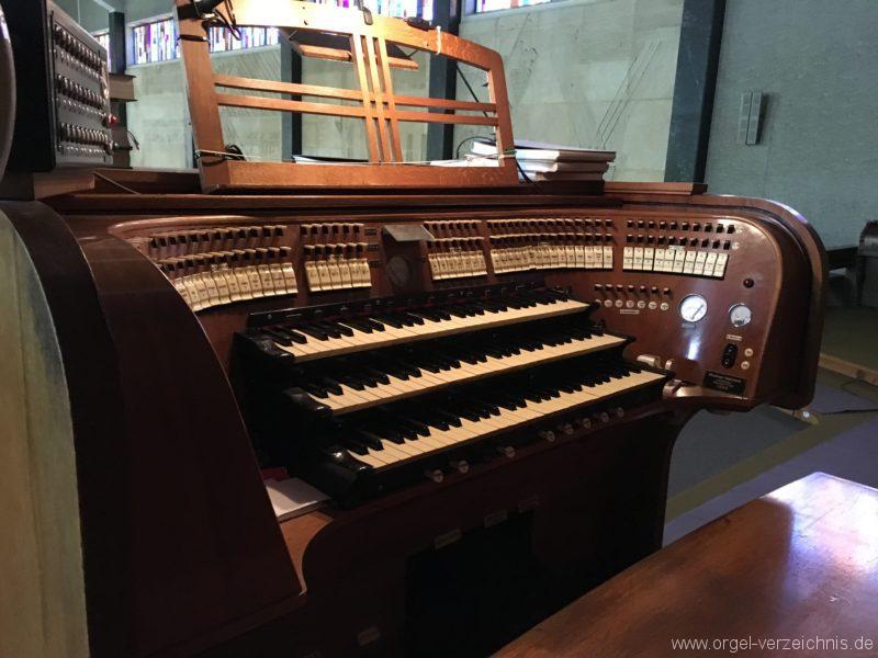 wattens-neue-pfarrkirche-mariae-empfaengnis-24-orgel-spieltisch
