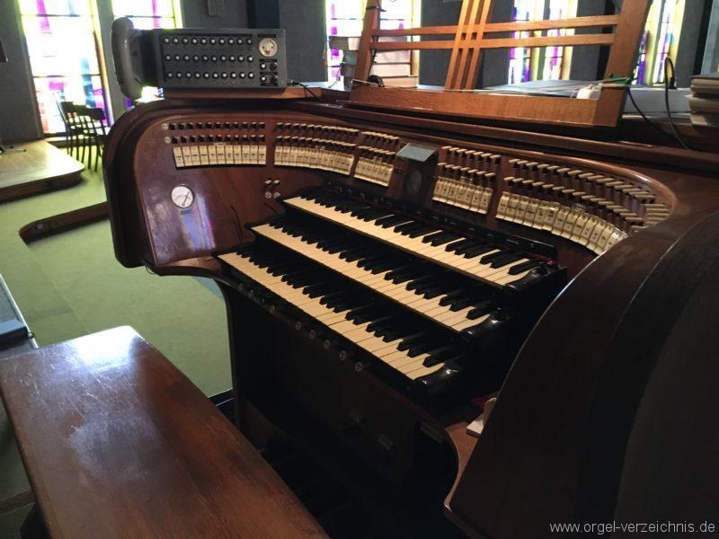 wattens-neue-pfarrkirche-mariae-empfaengnis-25-orgel-spieltisch