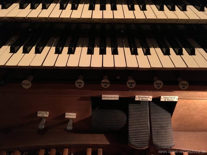 wattens-neue-pfarrkirche-mariae-empfaengnis-28-orgel-spieltisch