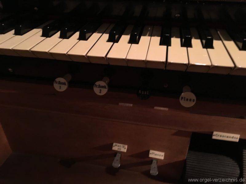 wattens-neue-pfarrkirche-mariae-empfaengnis-29-orgel-spieltisch