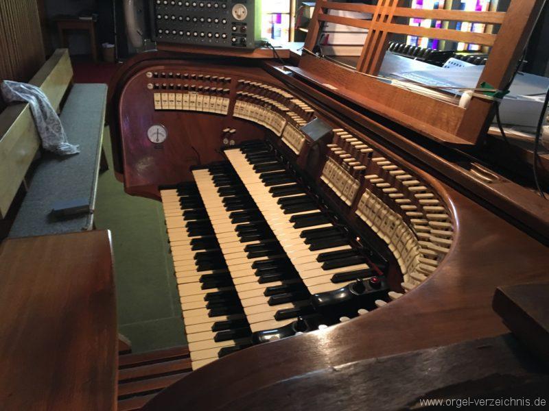 wattens-neue-pfarrkirche-mariae-empfaengnis-35-orgel-spieltisch