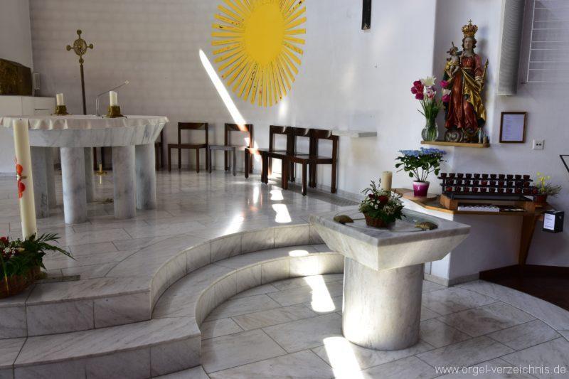 Schöftland Heilige Familie Taufstein und Altar