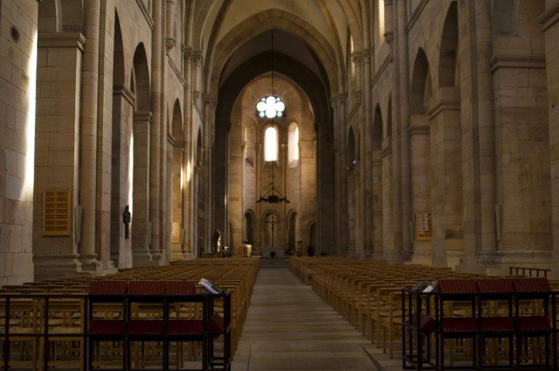 KONICA MINOLTA DIGITAL CAMERA, Mittelschiff Blickrichtung Haupteingang zu Altar